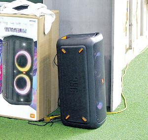 室内練習場に設置された特大スピーカー