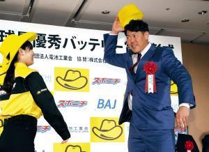 山口は、協賛のイエローハットに関連して表彰式で受け取った黄色いおけをかぶるようなそぶりを見せた(カメラ・橋口 真)