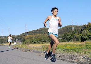 30キロ単独走で鍛える青学大・新号。箱根へ向け気迫のこもった走りを見せた(後方は神林=カメラ・清水 武)