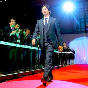 バーディー率賞とゴルフ記者賞を受賞し、レッドカーペット上を歩いて会場入りする石川(カメラ・生澤 英里香)