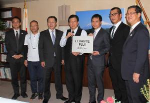 チーム名「レバンテフジ静岡」を掲げる川勝県知事(中央)と二戸監督