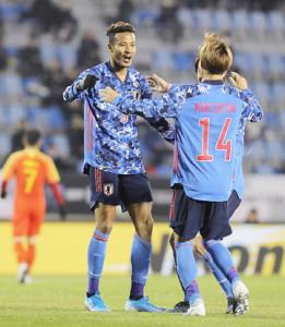 前半29分、先制のゴールを決め森島司(右)と抱き合う鈴木武蔵