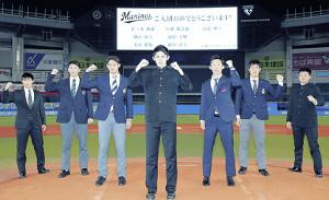 ZOZOマリンを見学した(左から)本前、横山、佐藤、佐々木、高部、福田、植田