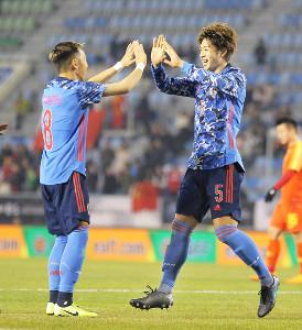 後半25分、ゴールを決め井手口陽介(左)とハイタッチをする三浦弦太(カメラ・中島 傑)