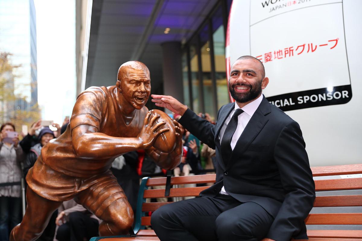 東京・丸ビル前のリーチ像を贈呈されたリーチはこの笑顔