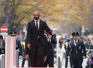 紅葉した並木の中を歩いたリーチマイケル(左)らラグビー日本代表選手ら(カメラ・越川 亘)