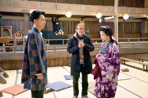 撮影現場で打ち合わせをする(左から)成田凌、周防正行監督、黒島結菜