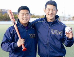 笑顔でポーズを取る仙台育英・大栄(右)と小濃。大学での対戦を楽しみに待つ