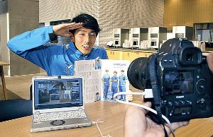 カメラマンのリクエストに応え、カメラの前でユーチューバーをまねたポーズをする帝京大・田村丈哉