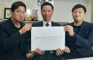 (左から)トクサン、小松原鉄平社長、ライパチ(福井ワイルドラプターズ提供)