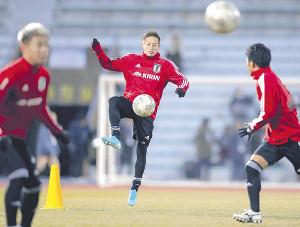 練習でジャンプしながら巧みにボールをコントロールする仲川(カメラ・中島 傑)