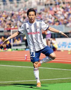 5月、令和最初のゴールを決め「令」の字をイメージしたポーズをする横浜M・仲川