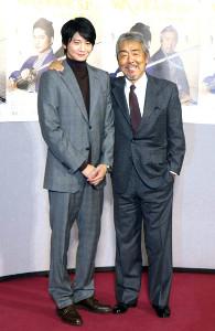 NHK正月時代劇「そろばん侍 風の市兵衛SP」に出演した向井理(左)、寺尾聰