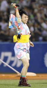 2017年に神宮球場での始球式に登場、「夏祭り」を熱唱した際の元「Whiteberry」前田有嬉