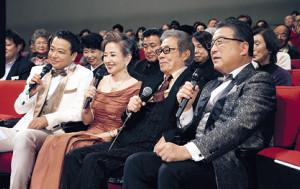テレビ東京系「年忘れにっぽんの歌」で客席から見守った北島三郎(左から3人目)と(左から)中山秀征、竹下景子、1人おいて徳光和夫さん