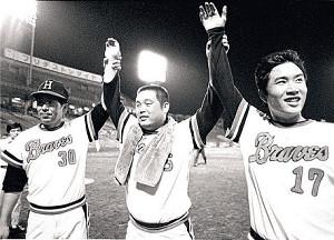76年8月、上田監督(左)、山田(右)とともにファンの声援に応える高井保弘さん