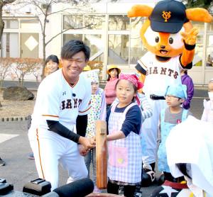 稲城第二小学校に訪問し、児童と餅つきをする巨人の田口