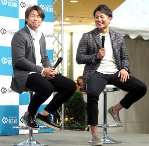 トークイベントで笑顔を見せる阪神・梅野(左)と北條