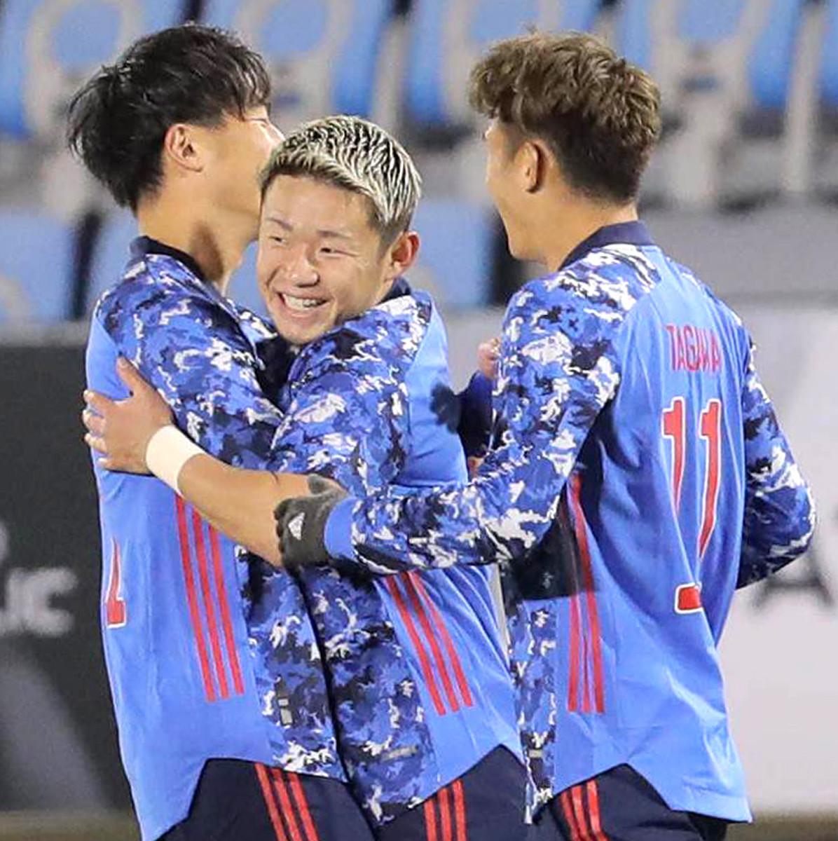 前半8分、先制のゴールを決め喜ぶ菅大輝(中央)