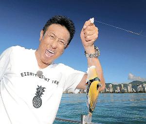 ワイキキ沖で大物を釣り上げた宮本和知コーチ(カメラ・橋口 真)