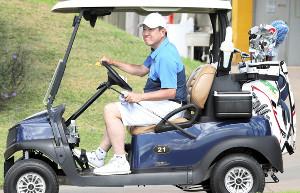 ゴルフ場でカートに乗り、移動する原辰徳監督(カメラ・橋口 真)