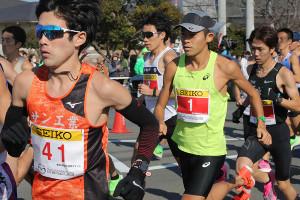 通算100回目のフルマラソンに挑む川内優輝(中央)はペースメーカーを務める桃沢大祐(左)の後ろにつく