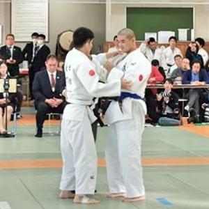 組んだ状態から試合が開始される。73キロ級の永井崇匡(左)と加藤裕司