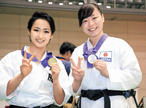 さあ五輪イヤーへ。指とメダルで「2020」を作り、東京五輪での活躍を誓った清水希容(左)と植草歩