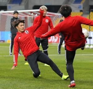練習でボールを競り合う小川(左)(カメラ・中島 傑)