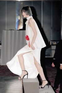 スリットの開いた白のドレスで美脚を披露した新人賞の玉城ティナ(カメラ・小泉 洋樹)