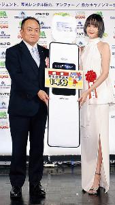 写光レンタル販売・松本雄二郎代表取締役社長から「透流水」1年分の記念パネルが贈られた