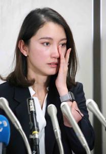 勝訴後の会見で目元の涙をぬぐう伊藤詩織さん