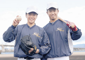 仙台大に進学する聖光学院・三原(右)と佐藤
