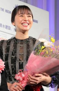 主演女優賞を受賞し、花束を受け取る長澤まさみ