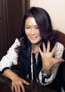 「ロックと再婚しました!」と左手薬指の指輪を見せる大黒摩季