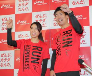 イベントを終え、土屋太鳳とポーズをとる桐生祥秀