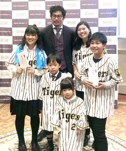 表彰式の受賞者と記念撮影する阪神・岩田(後方中央)