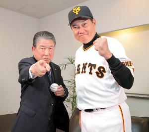 徳光アナウンサー(左)とポーズをとる原監督