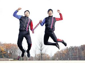 箱根駅伝での健闘を誓い、タスキを握って2人でジャンプする創価大・永井(左)と嶋津(カメラ・竜田 卓)