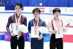 全日本選手権後に並ぶ(左から)羽生結弦、宇野昌磨、鍵山優真
