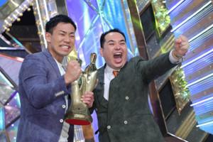 M―1グランプリで優勝を飾ったミルクボーイの内海崇(右)と駒場孝