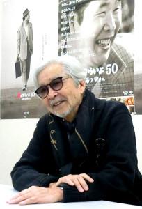 「寅さん」のポスターをバックに作品への思いを語る山田洋次監督