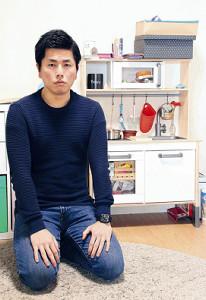3人で暮らしたアパートで取材に応じた松永さん。莉子ちゃんのお気に入りだったおもちゃのキッチンの前で