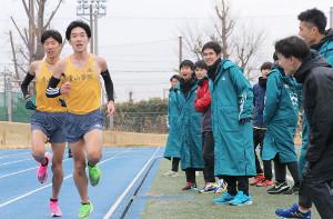 青学大の登録外メンバーによって行われた1万メートルトライアルを応援する鈴木塁人(中央右)ら