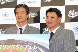 7月、井口監督(右)と会見に臨んだロッテ・山室球団社長