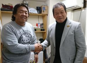 がっちり握手の長州力(左)と藤波辰爾