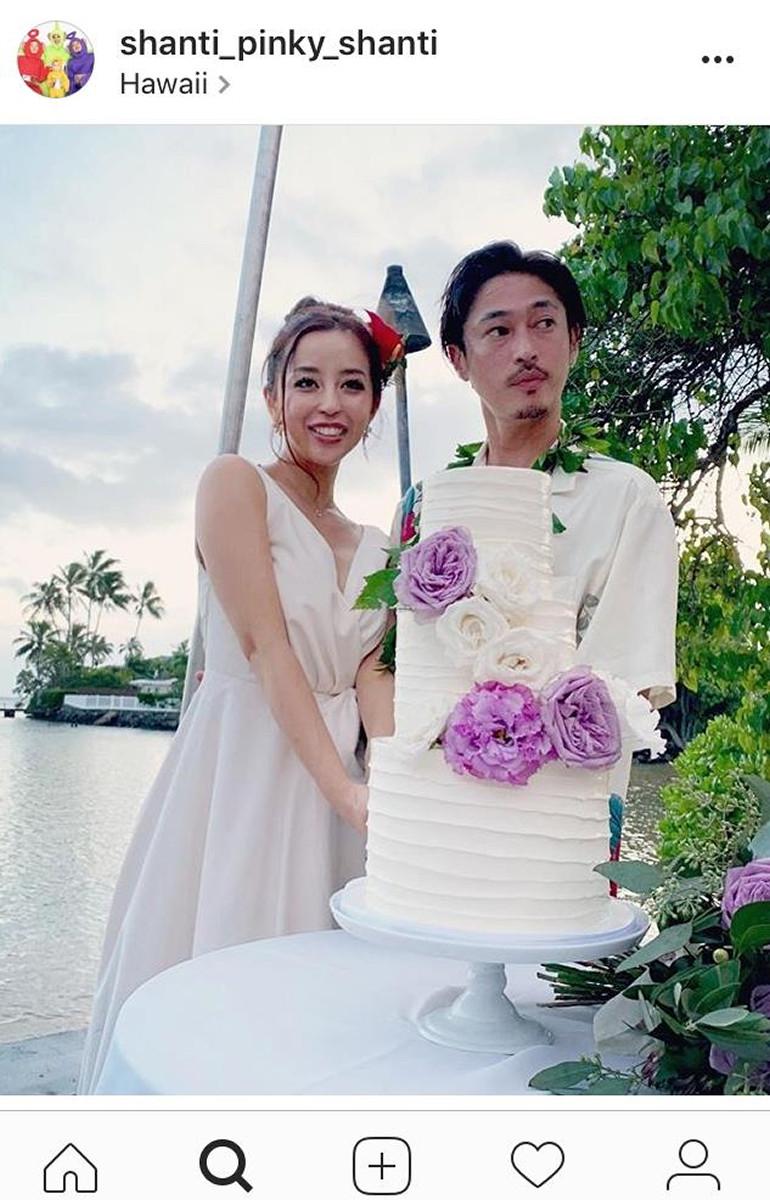 窪塚洋介&PINKY、ハワイ挙式でのウェディングケーキを公開