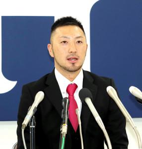MLB移籍を断念、広島残留を決め会見する菊池涼(カメラ・坂口 愛澄)