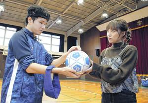 ボールを手に鳥居(左)を取材する高橋みなみ