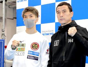 予備検診を終えポーズをとる田中恒成(左)と挑戦者のトロハツ